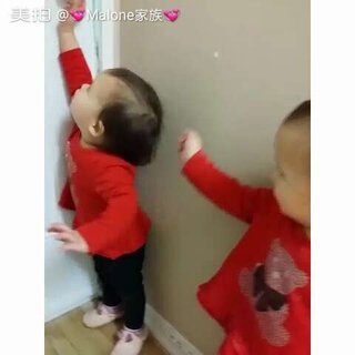 #宝宝# 😌😌就想出去找Dadda! 一口一声Dadda的叫着!😘😘 大姐姐本是准备让哥哥抱的, 结果后悔了!😂😂还走不掉了!😂😂#最萌双胞胎##和哥哥一起玩#