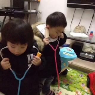 #龙凤胎##双胞胎##最萌双胞胎##宝宝#两个小医生。今天给他们买了听诊器,不用教都知道怎么玩!每次见医生都听了所以印象深刻。有当医生的潜质😂😂😂