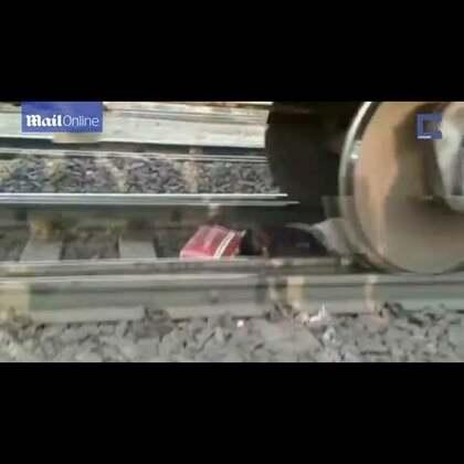 """#印度女子被火车""""轧过""""奇迹逃生##开挂民族#据英国《每日邮报》报道,印度45岁女子曼吉日前在火车站时,正要通过无人看管的铁路道口,却意外摔倒在铁轨上。突然一列挂有56节车厢的货运火车飞驰而来,曼吉只得继续静静趴在轨道中间,待火车从她身上开过。幸运的是,曼吉奇迹般逃生,几乎毫发无损。"""