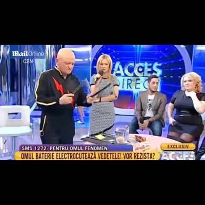 #男子身体发电##徒手烤香肠# 😱😱塞尔维亚57岁男子Biba StrujaBiba Struja,宣称自己身体会发电,不但能忍受100万伏电压冲击,还能储存电量。近日,他在罗马尼亚一档直播节目中大秀绝技,震惊在场观众。#外国人的日常#