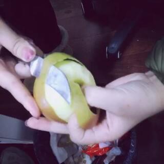😄😄😄下午不忙削个苹果,削了一整条没有断哦,我削苹果的习惯是往外削,你呢😛😛😛#直播削苹果#