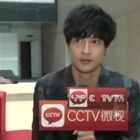 薛之谦去年接受cctv的一个采访,在不知道是直播的情况下吧啦吧啦聊了大半天,最后得知真相的他当场就懵逼了。。。[哈哈]