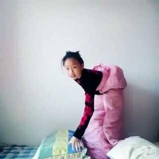 #裹被子跳枕头#真是累死宝宝了。最后还摔了一跤😖