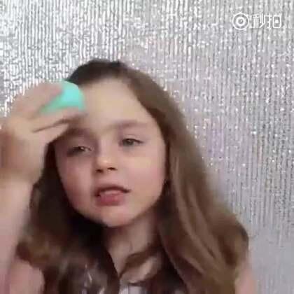 ins上一位妈妈PO出自家女儿化妆的视频....马上被很多妹子疯转表示自己的化妆技术已经比不上一个小孩子了!!!#美妆##我要上热门#