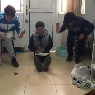 #三人手速挑战# 这位同学浑身上下都是戏啊!哈哈哈也是心疼边上的那两位😂