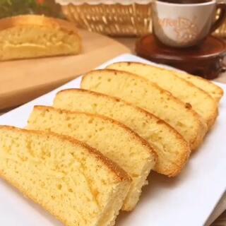 怎么说这个蛋糕的口感呢,我能想到的就是 湿润 有弹性 柔软 纯味,回味有点淡淡的蜂蜜味,是一款让人吃了 不会忘记的蛋糕 至少对我来说 是这样的『《#膳小姐#》第35话,蜂蜜蛋糕』(快来+微信吧:missshan666)#低卡路里美食##家常菜##自制零食##美食##我要上热门#@美拍小助手