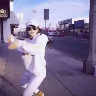 """接上一段,其实走着走着还是没忍住,大街上就又跳起来了😂😂大家可以不用觉得我在跳舞,因为实在太随意了只为应个景,就当我在耍帅的走路好了哈哈哈~在我看来""""哪里有阳光哪里就有舞蹈""""❤❤微博:@D57-BADA #舞蹈##洛杉矶随拍##音乐##随手美拍##在路上# @美拍小助手 @舞蹈频道官方账号"""