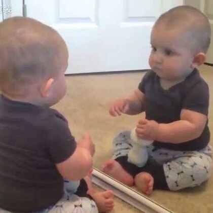 宝宝第一次照镜子,咦,这个人是谁?吓死宝宝了😂😂 #萌宝宝##可爱宝宝##搞笑##热门#