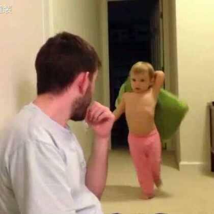 """还是爸爸厉害,一招制""""敌""""。😏😏不仅有""""熊孩子"""",还有""""熊爸爸""""。😂😂孩子内心一定是:爸爸,你这样很容易失去我的。😭😭#萌宝宝##可爱宝宝##亲爹##搞笑##瞧这父子俩##父子##热门##搞笑##逗比#"""