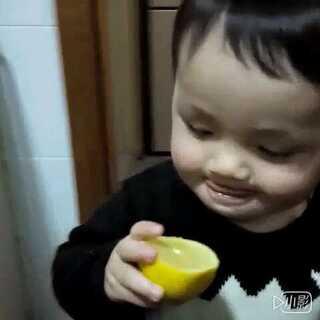 这酸爽?!喂完宝宝柠檬后麻麻直接晕倒!+_+原来人家根本不怕酸😝😝😝#宝宝##宝宝吃柠檬#16M+16D