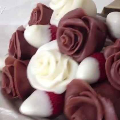 这可以吃进去的巧克力玫瑰,里面居然是草莓啊!!!哪个女孩纸不动心呢??😍😍😍#巧克力玫瑰##草莓##DIY#
