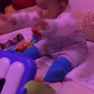 #我家宝贝棒棒哒#十六宝贝有意识的在玩耍了😚摔倒后也能自己调整姿势了😚