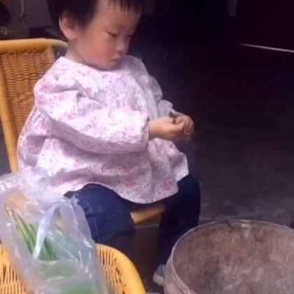 💝宝贝长大了,会帮麻麻摘菜了🍒