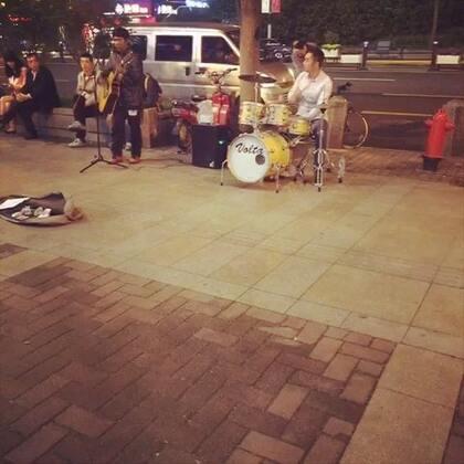 #街头好声音#特别喜欢这种街头好声音🎙,唱的实在不错,架子鼓老师也特别专业,为他们点赞转发😄#音乐#