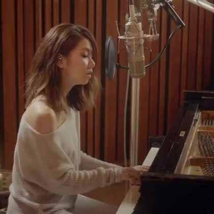 #音乐##热门#睡前静心享受这美好的歌声。时隔三年,G.E.M.邓紫棋再次推出现场钢琴录音系列II LIVE PIANO SESSION II。她和钢琴,现场录音和MV拍摄同时进行。