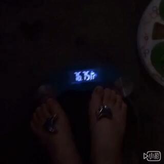 2015.5.18.昨天77.6公斤 今天76.75公斤。第4⃣️天 瘦1⃣️公斤左右。 从79-76。 4⃣️天瘦6⃣️斤。 加油😘用最初的心走到最后。 相信自己。只要努力。没什么做不到的。 😘#花式喝水挑战##走哪吃哪##随手美拍##音乐#