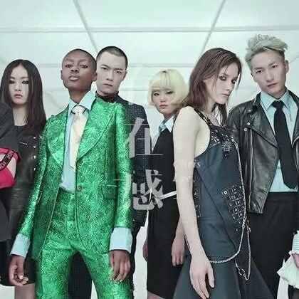 """李宇春《存在感》MV 作为首张数字EP《野》中的主打歌曲,《存在感》由制作人陈伟伦和台湾著名诗人、词人李格弟联手打造。在李格弟酣畅淋漓而不拘一格的笔触下,《存在感》带着戏谑的反讽,唱出的正是波普艺术大师Andy Warhol所预言的""""15分钟定律""""。"""