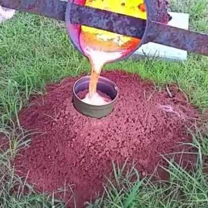 #涨姿势#男子发现巨大的蚁窝,然后融化了铝倒了进去,挖出后真是漂亮!