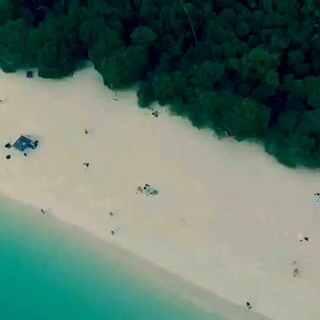 """#航拍##澳洲白沙滩#White Heaven Beach白天堂海滩被誉为""""澳洲最美的沙滩""""和""""全世界最环保和最干净的沙滩""""。位于降灵群岛,是一座古朴而屡获殊荣的海滩,也是降灵群岛 74 座岛屿中最大的那个。 白天堂海滩绵延了七公里多长,有着闪亮的白色矽沙,是世界上最纯净的沙子之一。"""