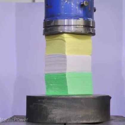 #涨姿势#狂妄液压机一次性碾压300张餐巾纸 最后纸巾变纸板!