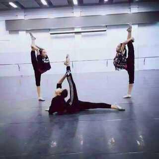 #舞蹈##比比谁先笑##00后卖萌大赛##00后选美大赛##00后假唱大赛##00后唱歌大赛##大腿假唱大赛##tfboys美拍直播挑战#我们是广东舞蹈学院的学生,这次的拍摄是我们在排练余地抽出2节课的时间来拍摄的,我也在里面哦,我们是轮流拍摄,舞蹈生不容易,不喜勿喷,谢谢大家😊