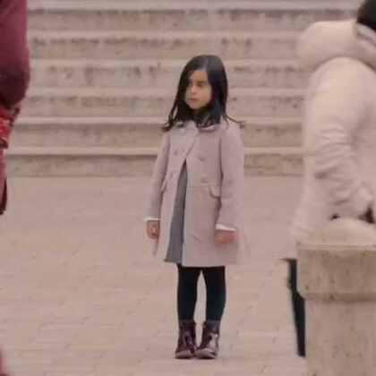如果你在街上看到这个小女孩,你会停下脚步吗?