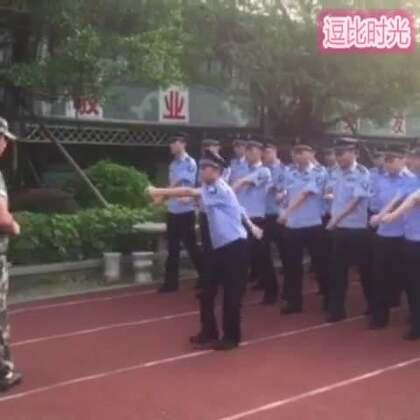 #逗比时光##搞笑#这个人是怎么混进公安队伍的😂😂😂_顺拐走往后退,教官遇上这样的学员我估计要疯了😂😂
