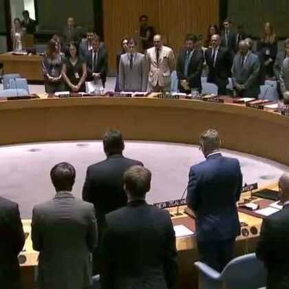 7月15日,安理会在会议开始前,全体代表起立,向在法国尼斯以及本月在孟加拉国、伊拉克和沙特阿拉伯发生的恐怖袭击的遇难者默哀一分钟。