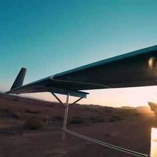 """脸书成功试飞名为""""天鹰""""大尺寸太阳能无人机。""""天鹰""""长达43公尺、重达454公斤,采用碳纤维材料,预计可以持续飞行3个月,主要用来给偏远地区的人们提供无线互联网业务。 #无人机#"""