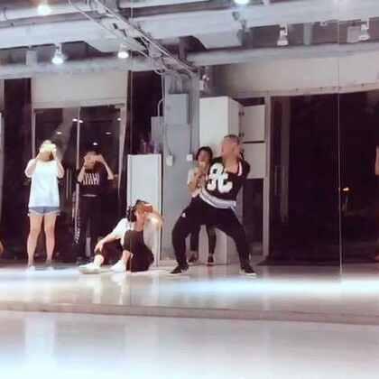 今天复习了之前上大师课Mikey的编舞,重新复习一下感觉还是不错的!跟之前感觉完全不一样了!
