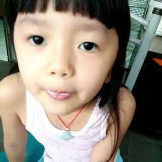 #吹泡泡糖#锦华看见她同学吃泡泡糖,去超市买东西时也吵着要买来吃,学会吹她自己好鸡冻啊😝😝看见锦华学吹泡泡糖我就想起自己小时候学吹时也是特别费劲,知道诀窍了就容易了😃😃