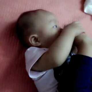 #爱吃脚丫的宝宝#😚😚