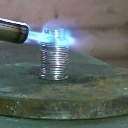 #涨姿势#将一堆硬币用喷枪烧红,开动液压机碾压,会是什么样的景象?