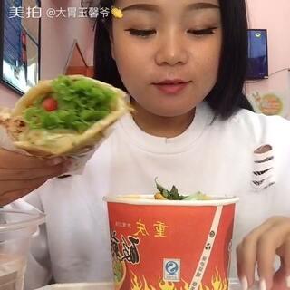 #5分钟美拍##大胃王馨爷#手抓饼.酸辣粉.原谅我这吃的有点脏.😳#吃秀##今天穿这样###直播吃饭#哈哈##我吃你看着##热门##中国吃播#