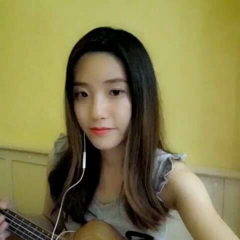 微微一笑很倾城 尤克里里弹唱 琴面裂了,音不准,唱的也跑 Mint Dai