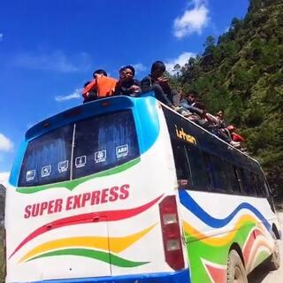 #旅行##尼泊尔#在路上的我只要开心。天知道这一路怎么过来的,50几个小时,各种塌方。