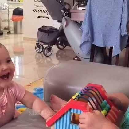 爸爸带孩子的时候拍的视频。我看了表示还蛮心疼妹妹的,挨了一巴掌也和没事人一样,能和姐姐在一起玩就是开心😁