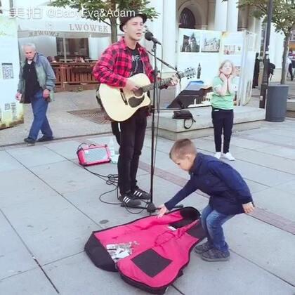 #音乐##随手美拍##高手在民间##热门#欧洲的街边随处走走都能碰到这些有才的年轻人,喜欢这种有点磁性摇滚范儿的声音,好听爆了🙉🙉🙉@美拍小助手