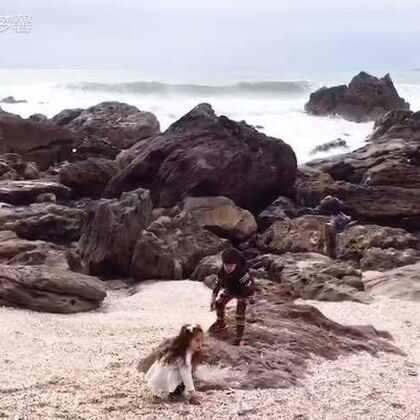 #新西兰#除了到处可见的草地牛羊外还有时而平静时而汹涌的大海😊虽然出游天气不给力,只要不下雨孩子们还是玩得很开心哒。一两百米外波涛汹涌娃们似乎没有半点害怕只顾自己玩耍😅海边,游乐场,温泉馆外加吃吃喝喝就是我们几天的#旅程##宝宝##美拍小助手#