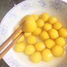 南瓜芋圆🎃#美食##美食甜品##自制美食#南瓜的水分太多啦,加了许多木薯粉才活成面团,所以导致做出来的芋圆太Q了,韧性太足了,有点难嚼。所以我建议大家用南瓜做芋圆的时候,最好用布把蒸熟的南瓜里的水分滤掉一些。后面做的超 mini的芋圆其实跟珍珠有点类似,加了甜的热牛奶之后,味道很棒😝