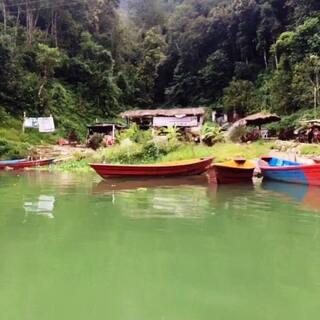 #旅行##尼泊尔##费瓦湖#我是你们的七七,🙈🙈给你们传递的不是正能量,是生活的态度,当你荡起双浆,漂泊在费瓦湖中间,放一首喜欢的音乐,静静地躺在船中央,此生如此活着,夫复何求。