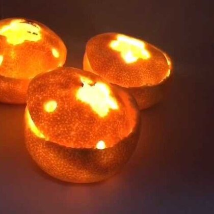 DIY小橘灯💗橘子熟了,一起来做个小橘灯~点上蜡烛之后真是美爆了,希望你们能喜欢。扎孔我用的吸管,有打孔器更方便。这个玩玩就好,蜡烛燃久了橘子确实会被烤焦。有了乐宝之后就没有办法一心一意做手工,做出来的东西确实粗糙好多,你们不要嫌弃,就当教程看哦。#涨姿势##创意手工# 微信xJane1117
