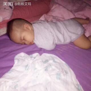 #萌宝睡姿大pk#六个月 想怎么睡就怎么睡,一个晚上都变化N种姿势