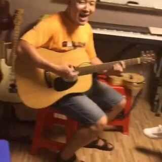 大神老师在三岁就弹吉他!30多年的吉他弹唱经验!已嗨到爆!!!男神好像在外面已经听不下去了,赶紧跑进来和音~#音乐##嗨到爆##牛人#@美拍小助手 @明星娱乐圈 @美拍精彩合集 #吉他弹唱##美拍吉他弹唱大赛#
