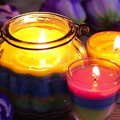 diy彩虹蜡烛。上个视频很多人说为什么不用蜡烛屑呀、很浪费之类的…没错!其实蜡烛屑我是要用来做这个彩虹蜡烛的!一定要等下一层凝固后再倒入上一层,不然会混色哦!哦对了…别再说我的字笔画顺序不对了,我是故意的…我小学语文学的还是不错的!#手工##创意手工diy##宅的无聊手作#