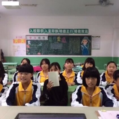 💖Bigbang-《Let's not fall in love》🙇这是放学后拍摄的!孩子们都很喜欢唱歌,也很活跃,我觉得多学一门外语其实也有助于她们学习英文,包括其他外语的能力…!再者,音乐无国度💥!别问我男生跑哪儿去了,都回家了😂…里面除了我10班的,还有好几个7班的…😁#音乐##bigbang#@美拍小助手
