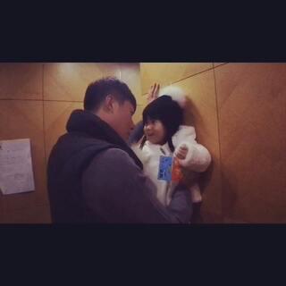 熙熙那个又害怕又憋笑的样子😂#r熙23个月##r熙和爸爸##宝宝##宝宝成长日记#