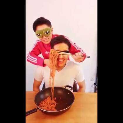 给元元做了一锅我们韩国超级好吃的火鸡面,贴心的我还放了两包辣料~真的超好吃哦[偷笑][偷笑]#蒙眼吃饭挑战##吃秀##搞笑##韩国爆辣三养火鸡面##我要上热门# @美拍小助手@美食频道官方号