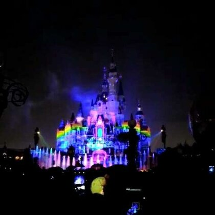 上海迪士尼的一天!!!!最后都是烟花的片段哈哈哈~明天就回广州啦~你们有什么想要我拍的妆容类或者分享类的给我留言呀~回去就拍~#随手美拍##上海迪士尼乐园#