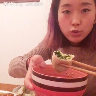 #吃水饺##直播吃水饺##韭菜鸡蛋饺子##辣白菜##深夜放毒#哈哈,说好了晚上不吃饭的,我又犯错误了,自己包的水饺和外面买来的就是两个味道,我觉得吃饱了饭是我最满足的时候,就这点出息😭😭